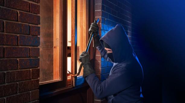 Afla cum iti protejezi casa de hoti prin intermediul claselor de rezistenta ale usilor si ferestrelor tale